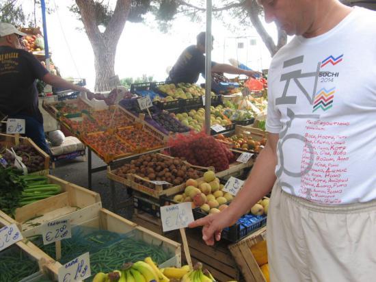 На уличном базаре цены приемлимые