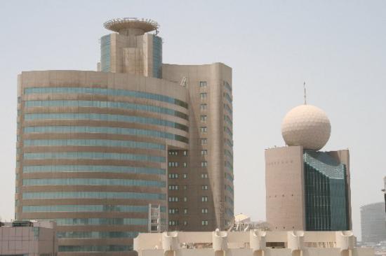здание с шариком- офис местной сотовой связи Этисалат