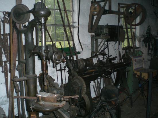 Слесарная мастерская 19-го века. Старые станки и инструменты.