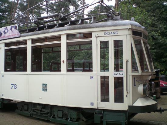 """Хоть трамвай и """"старик"""", но работающий и возит туристов по музею. У него порядка 10 остановок по всему музею..."""