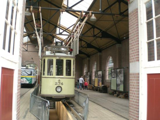 Так ставили трамвай под ремонт и обслуживание...