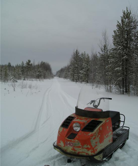 Это зимник, дорога, по которой можно проехать только зимой и только на каком-нибудь вездеходе. Когда заканчиваются трассы, начинаются зимники. Дичайшие места, на 10-ки километров никого.