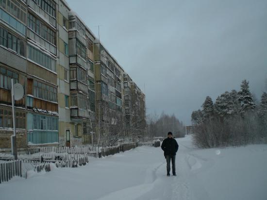слева дом, в котором я когда-то жил, справа дикий лес, который заканчивается под Кировом через 900 км.
