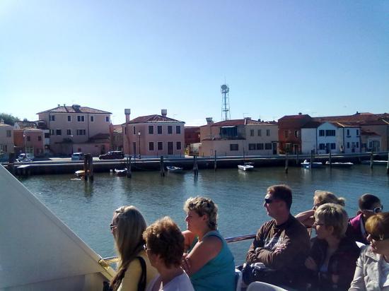 Дома местных жителей с пристанями и лодками.