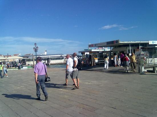 Основной вид траспорта - это такси по Большому каналу, который разрезает весь город. Это вход на пристань, где паркуется такси.