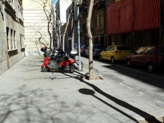 Мотоциклам и велосипедистам разрешено парковаться на пешеходной дорожке