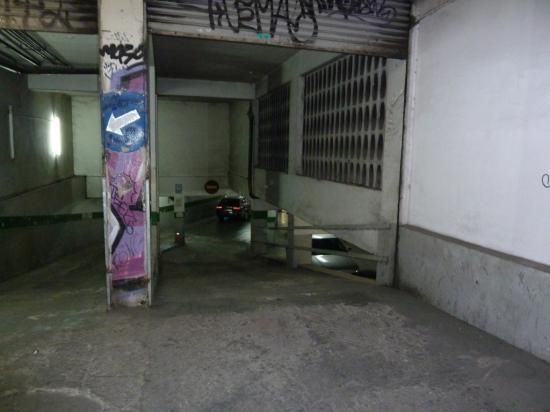 Тоже в историческом центре, незаметный въезд в подземную парковку
