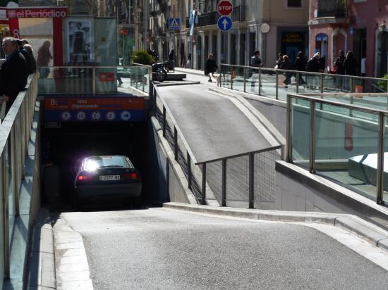 У торговых центров и офисных зданий можно наблюдать подземную парковку