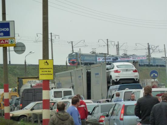 Вот и причина пробки, из-за электрички был закрыт переезд в Толоконцево