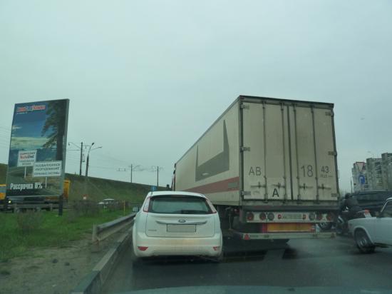 3-и полосы переходят в 2-е, водители поджимают друг друга