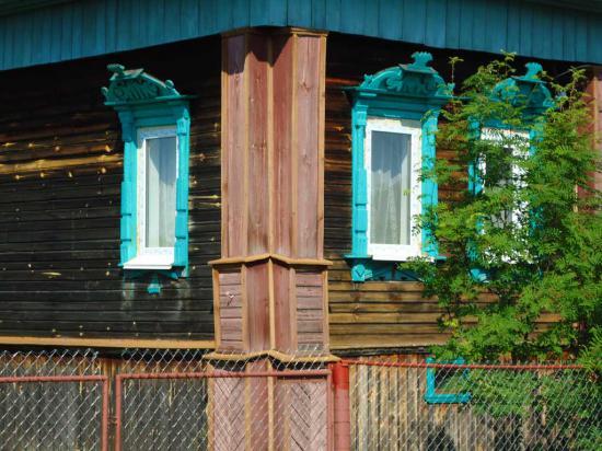 Пластиковые окна на доме-признак того, что здесь живут дачники.