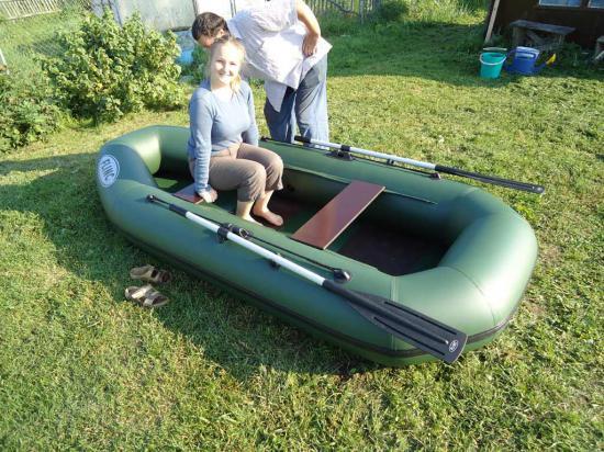 Лодка хорошая. двухместная из ПВХ. Имеет два герметичных отсека. Не подвела.