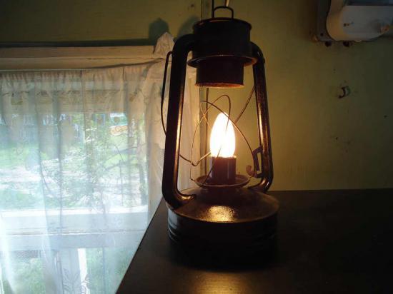 Александр Николаевич, хозяин дома, соединил старую лампу с нано-технологиями и получилась энергосберегающая настольная лампа.