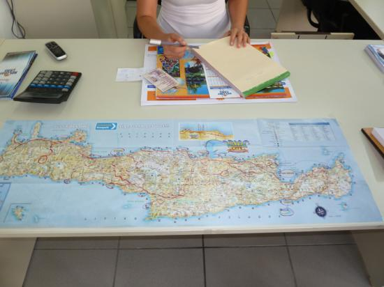 здесь нам дали карту с лучшими местами на острове, к которым можно подъехать на автомобиле
