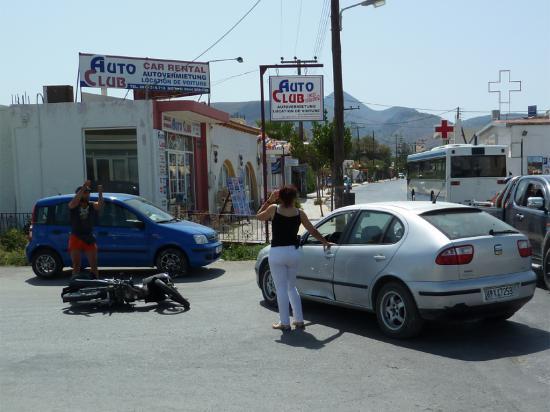 еще одно доказательство, что нужно быть внимательным: столкнулись автомобиль и мотоциклист