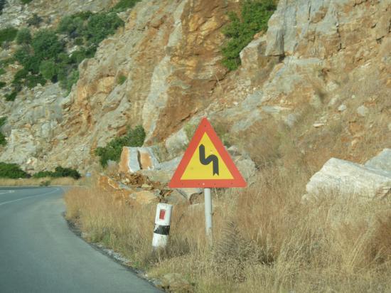 дорога, идущая через горы - извилистая