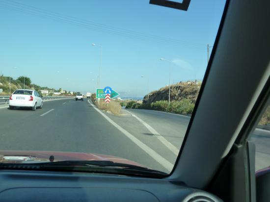 съезды с шоссе обозначены знаками Exit