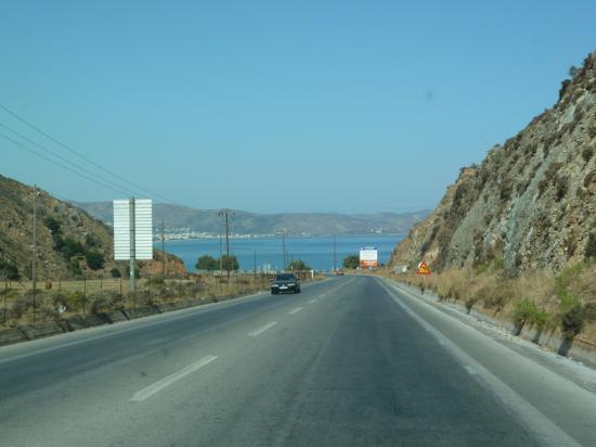 на горизонте бухта порта Киссамос
