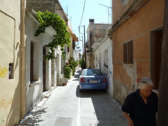 на узких улицах старого города местные умудряются парковаться