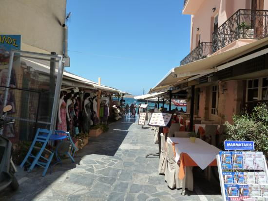 вокруг бухты множество ресторанов, в которых запредельные цены для Крита и навязчивые работники, зазывающие поесть