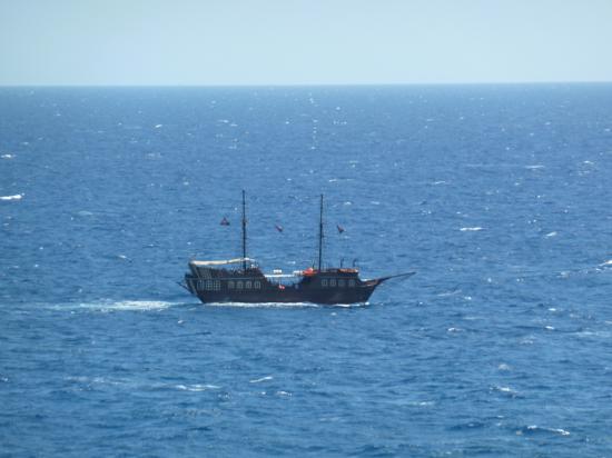 вид на туристический корабль из крепости