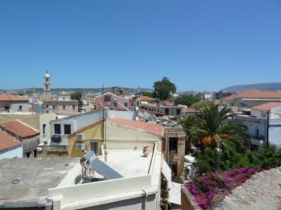 вид на старый город, у каждого на крыше солнечный радиатор для нагрева воды