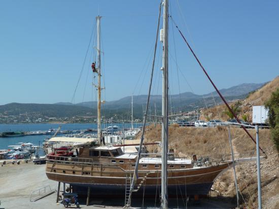 на стапелях туристическая яхта, ее готовят к следующему сезону