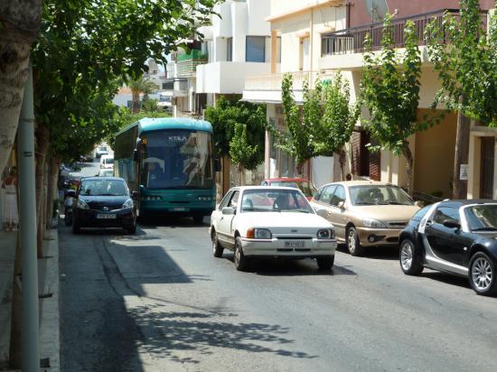 этот автобус долго лавировал с трудом протискиваясь по улице между припаркованными автомобилями