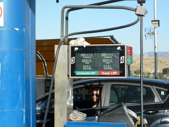 цена на бензин и сумма, на которую мы заправились