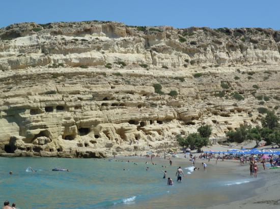 а вот и пляж с пещерами