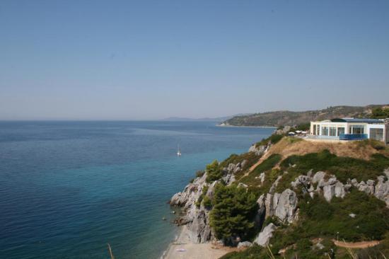 Вид  на SPA отель, а внизу пляж. Неплохая прогулка до пляжа)