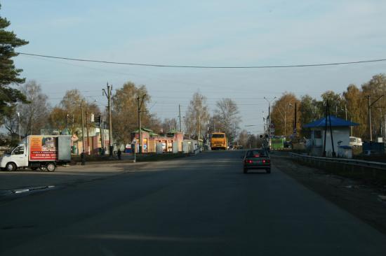 за переездом дома и светофоры, пешеходы и пробки