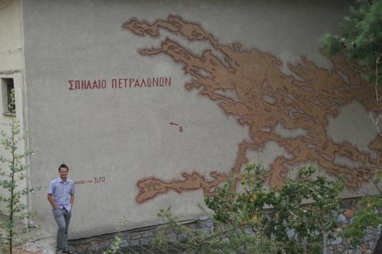 Карта пещер на стене музея Петролана