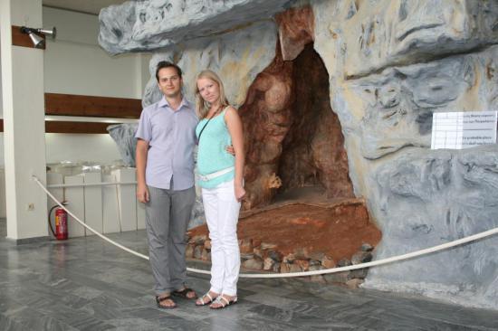 На экспозиции выставлен муляж пещеры и останки костей животных