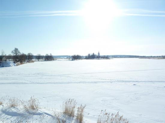 озеро, в центре виднеется остров с монастырскими постройками