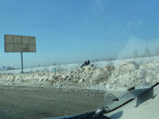 Выезжаем из Нижнего, первые признаки приближающейся весны. Параллельно автостраде кто-то едет на снегоходе - активно проводит выходные.