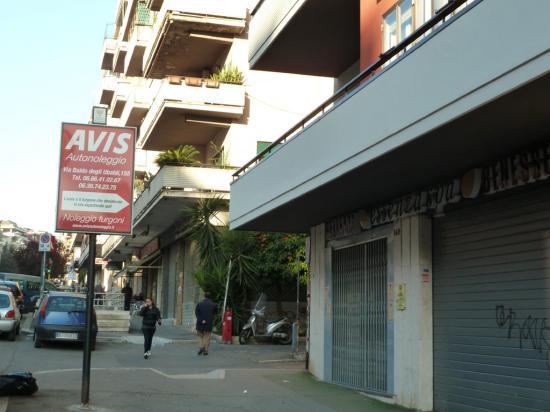 Фирма по прокату автомобилей в спальном районе Рима