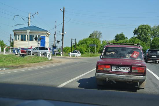 Поворачиваем налево через переезд в сторону Толонцева