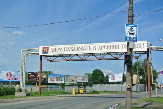 В небольших городках принято приветствовать водителей)