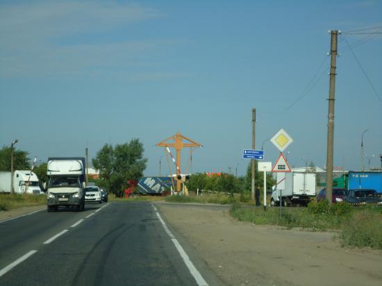 Видим на дороге поклонный Крест