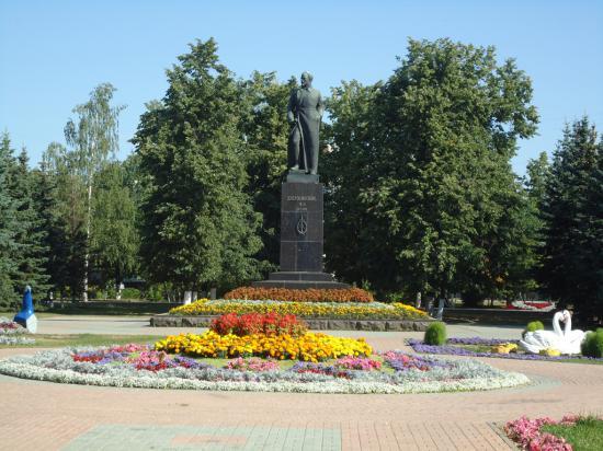 """Памятник """"железному Феликсу"""" в центре города"""