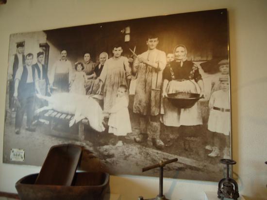 На картине изображено убийство кабанчика местными жителями