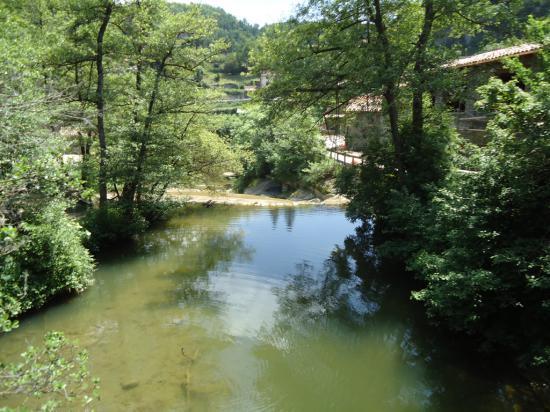 Горная речка, которая проходит через Рупит
